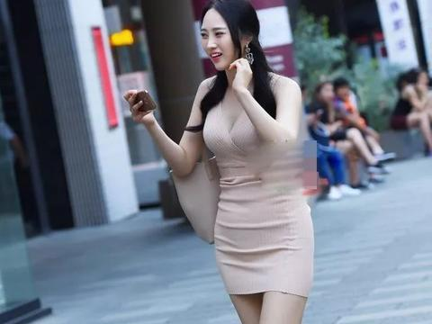 街拍美女 针织紧身裙配单肩包