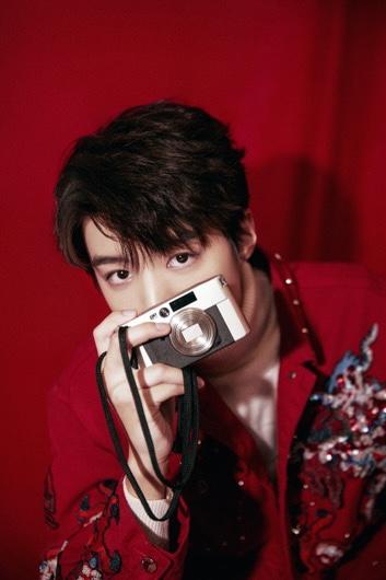 王俊凯身着红色刺绣夹克  时尚搭配更惹眼!