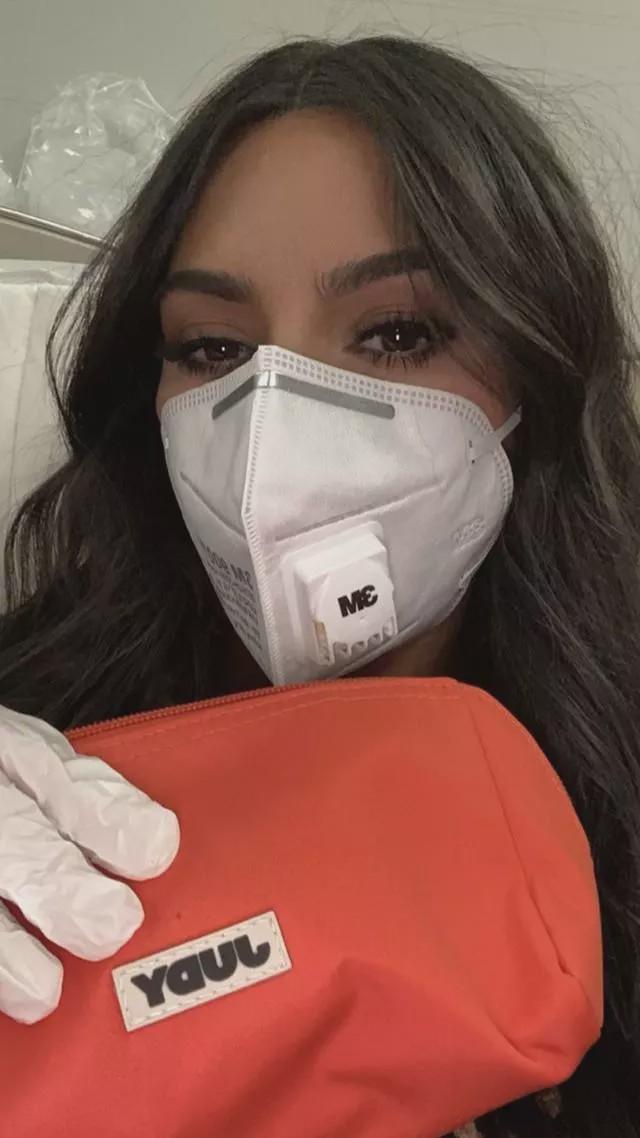 金·卡戴珊得了流感戴口罩,做活动善意体型粉丝消毒,真贴心