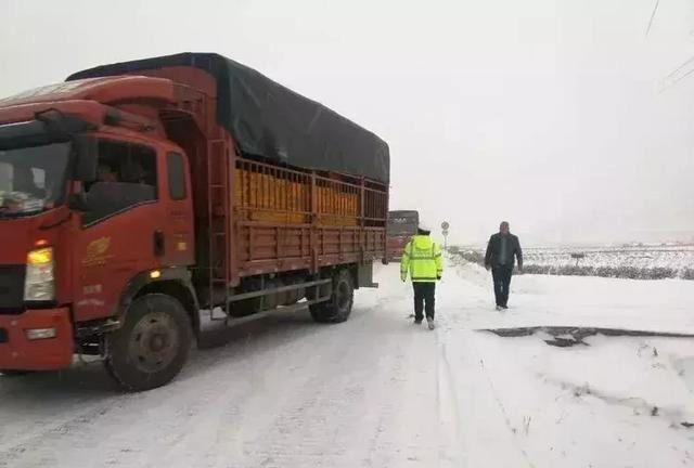 自驾游客注意!折多山路面结冰,实行临时交通管制