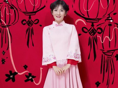 谢娜扎哪吒头似灵动少女,身穿粉红色套装登春晚,十分俏皮可爱