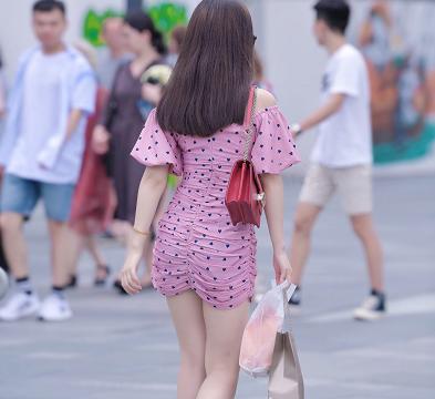 美女肤若凝脂,身穿爱心小粉裙更加凸显少女感!