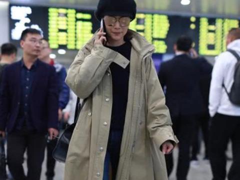 海清机场现身太着急,双腿纤细太不真实,步伐太快全程煲电话粥