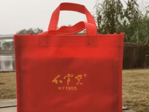 摆放在桌面的陶瓷艺术,国瓷红官窑贵妃杯开箱!