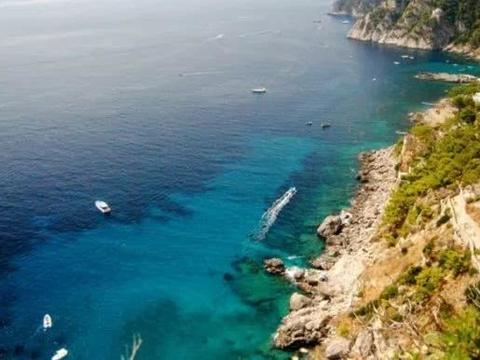 卡普里岛位于那不勒斯湾南部入海口附近,属意大利坎佩尼亚区