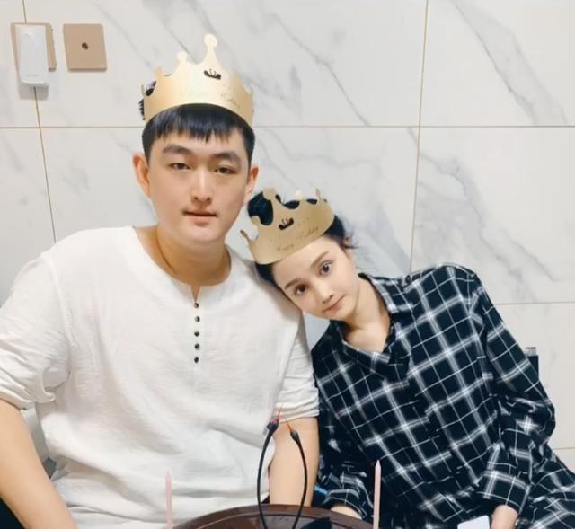 赵本山一对龙凤胎23岁生日,兄妹俩一同庆生,妈妈罕见出镜气质佳