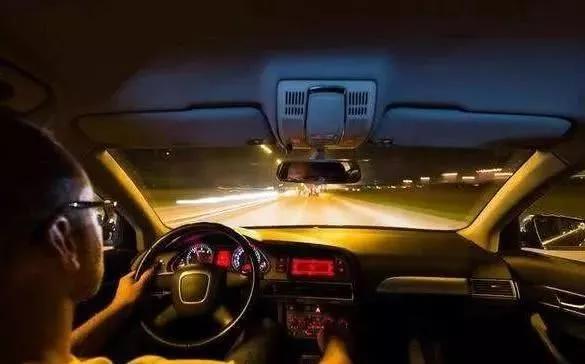 晚上开车记得学会这5个小技巧,汽车好开又安全,聪明人都学了