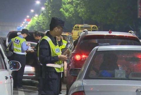 """驾照没被扣1分,就被判定""""无证驾驶""""?交警:不懂,还开车上路"""