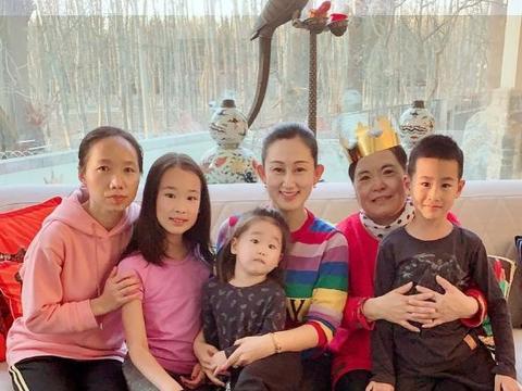 赵文卓一家接连12年为俩保姆庆生,张丹露与她们贴脸合照毫无架子