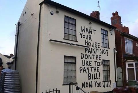 """粉刷完房子不给工钱,油漆工给黑心老板上了""""生动的一课"""""""