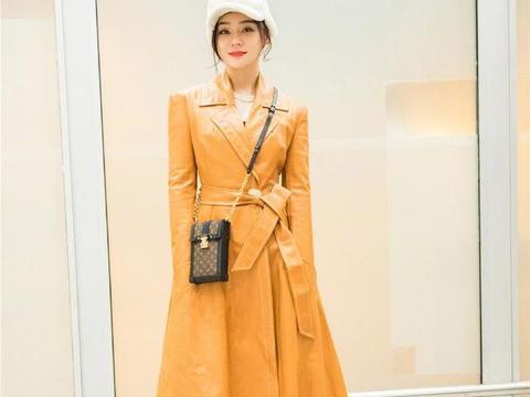 袁姗姗身穿橙色皮质大衣现身机场,可爱迷人非常有少女感。