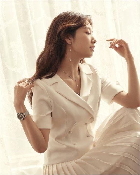 朴信惠拍珠宝写真,气质优雅,穿白衣露香肩,温柔甜美。