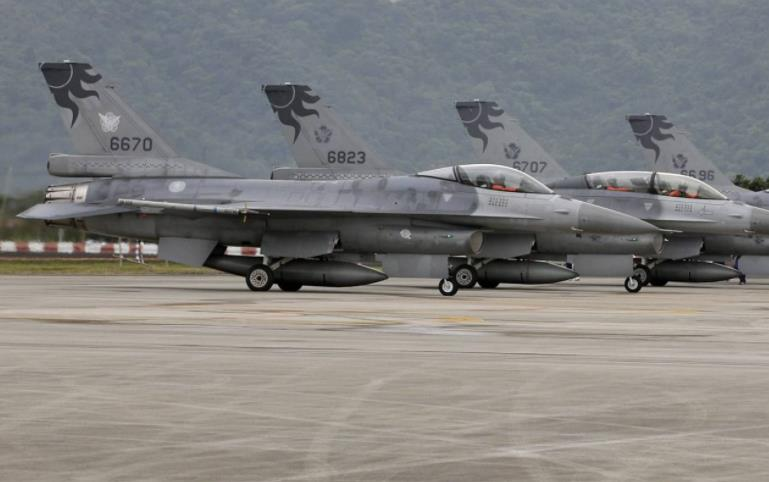 歼11护航轰6穿越巴士海峡绕飞宝岛,F-16起飞拦截
