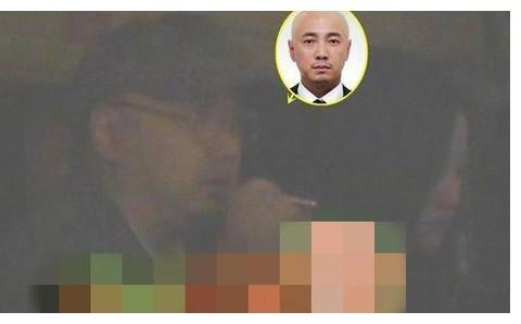 李易峰与徐峥深夜聚餐,与美女贴脸咬耳朵,饭后助理送美女到门口