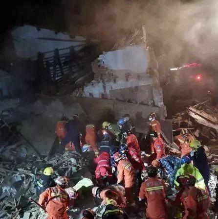 【悲剧】2死8伤,防疫期间宅在家里煤气爆炸致民房倒塌
