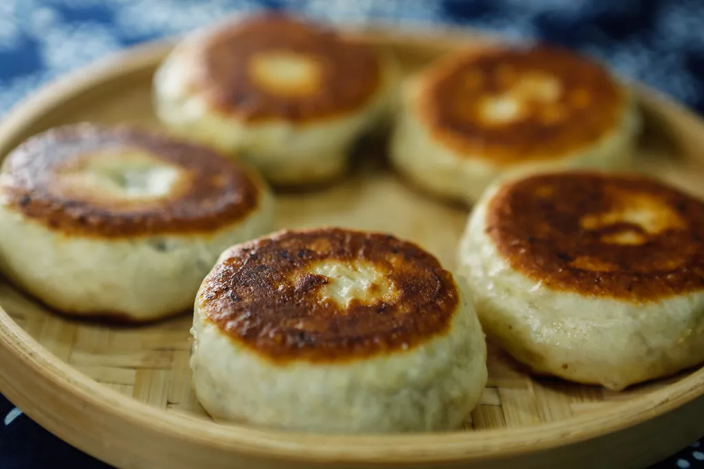酒酿饼,是苏州人春季的时令点心,口感略带酒酿的微酸和清香!