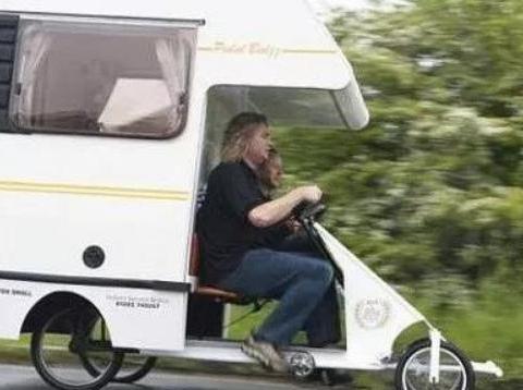 50岁老外打造全球最小房车!人力四轮车配生活舱,能住4个人