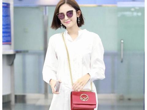 古力娜扎机场照,白裙飘飘,微微一笑甜化人心。