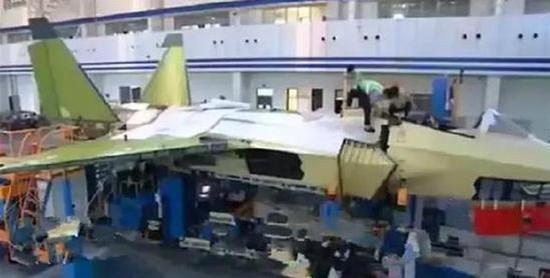 改进版歼-31模型亮相巴黎航展打破流言,增肥了?还有新发动机
