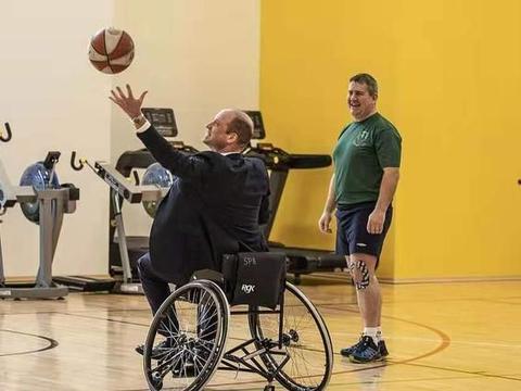威廉王子体验轮椅篮球,查尔斯宠儿子助攻