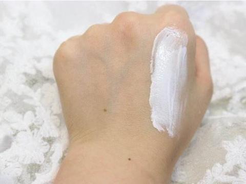 女人只涂素颜霜不定妆,是否需要卸妆?我一直做错,难怪皮肤差!