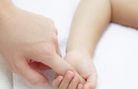 """7天新生儿来""""月经"""",妈妈吓得赶紧送医,幸好是虚惊一场"""