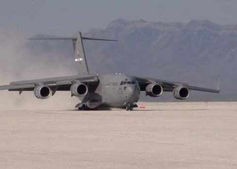 为什么大型运输机机翼在背上,而客机都是在中下方?