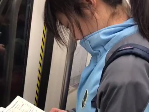 女学生坐地铁时背英语单词,看到她的颜值后,网友直呼好想回学校