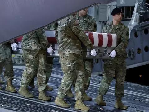 在白宫犹豫不决时,还会有多少包裹着国旗的棺材从阿富汗抵达美国