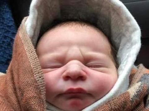 刚出生的男婴被扔在灌木丛中脐带都没剪,警察紧急寻找婴儿母亲