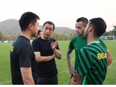 北京中赫国安俱乐部老总周金辉飞往泰国探望国安一线队全体球员