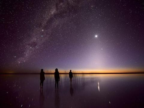 人类在宇宙中的存在感接近零?根据递弱代偿原理,我们还在变小