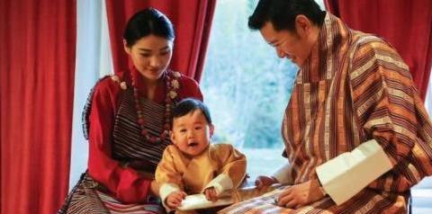 被誉为全球最可爱王储的不丹小王子两岁,比乔治王子可爱多了