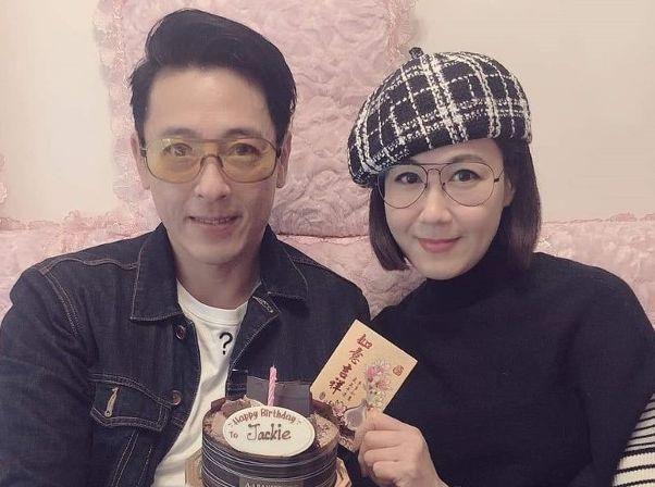 吕颂贤54岁生日晒与老婆合照,结婚多年没生孩子仍很恩爱