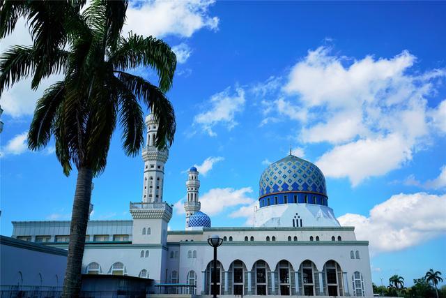 风下之城沙巴,云朵流淌过水上清真寺