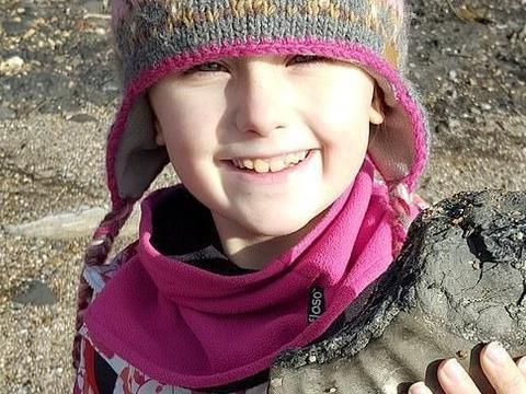 英国8岁女孩是寻宝达人,海边发现远古化石,捡古董珠宝凑嫁妆