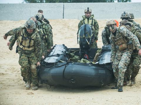 """日本""""水陆机动团""""首次在冲绳训练 与美军并肩作战"""