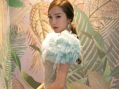 30岁郑秀妍穿浅蓝色大裙摆长裙秀大长腿,气质优雅魅力十足!