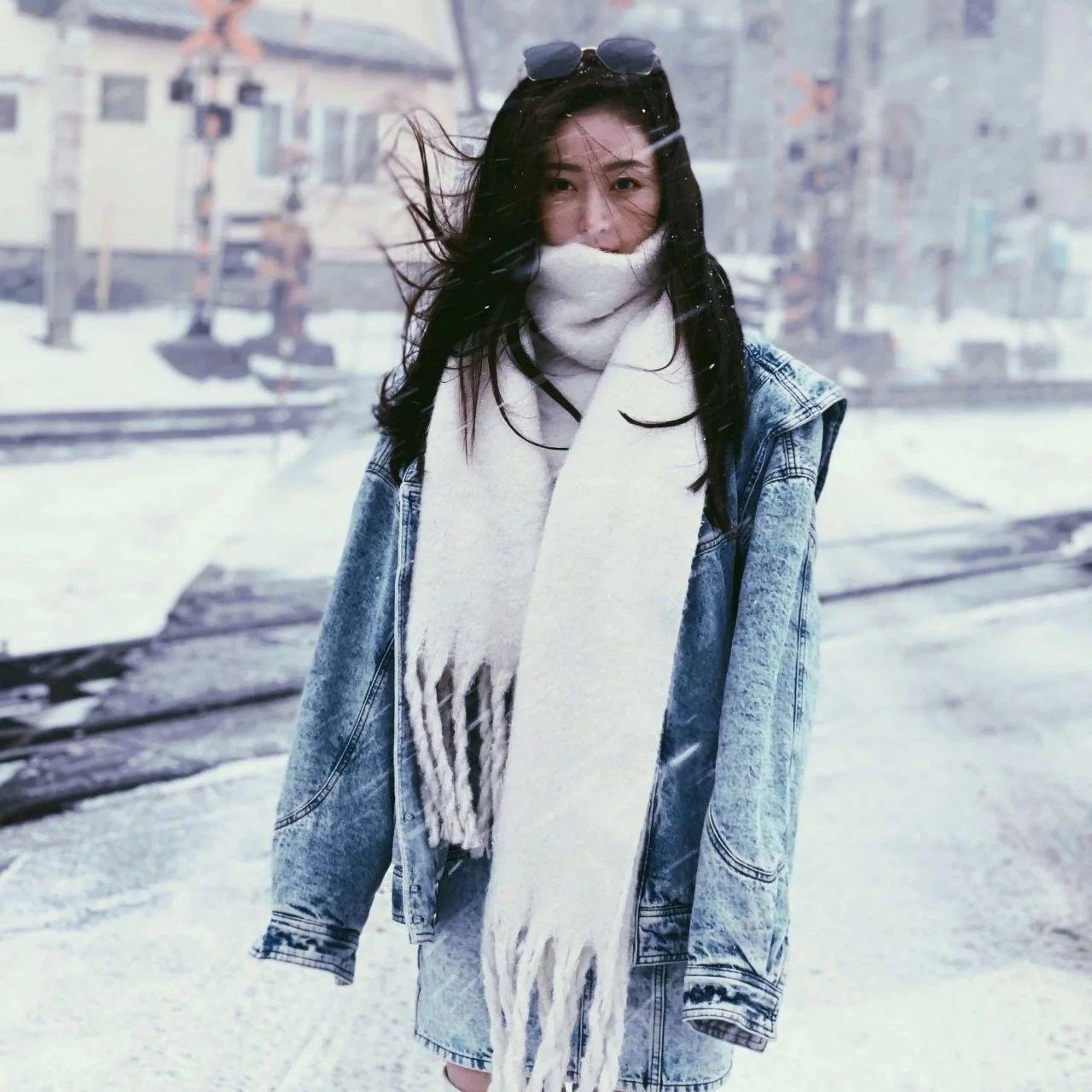 张天爱一身牛仔装雪中拍照,裹白色毛绒围巾,时尚保暖秀清新气质