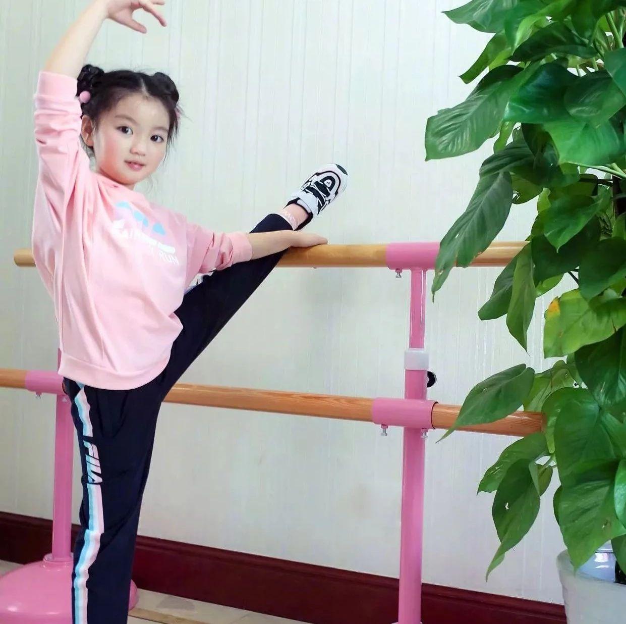 阿拉蕾扎哪吒头变运动少女,粉卫衣乖巧可爱,抬腿拉筋秀舞蹈功底