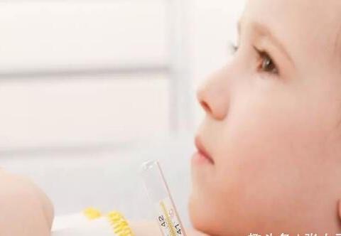 孩子发烧不超过38.5度,不用就医?这些退烧误区新手爸妈要知道