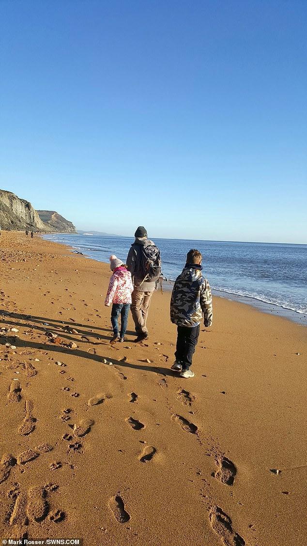 英国8岁女孩是寻宝达人,海边发现远古化石,捡古董珠宝凑齐嫁妆
