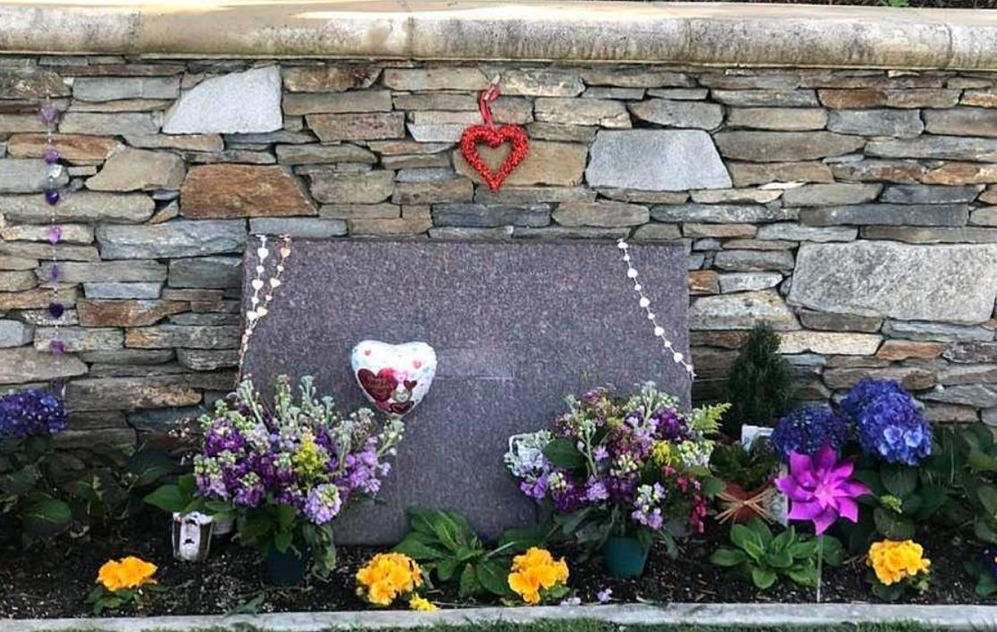 科比Gigi墓园内景首曝光!瓦妮莎晒昔日恩爱照悼念亡夫