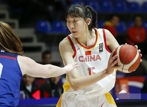 中国女篮待遇受关注!多数国手月薪如白领,李梦年薪不及周琦6天