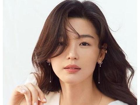 全智贤全新海报散发耀眼迷人风采,网友:好想成为女神指上的珠宝