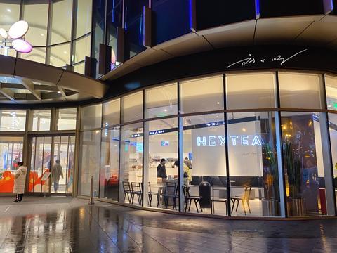 实拍情人节夜晚的上海郊区商场,几乎无人逛街,快餐店只能点外卖