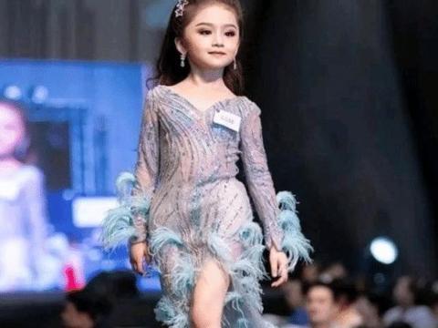 """6岁泰国童模火了!仗着""""成年人身材""""穿修身礼服,果然效果极佳"""