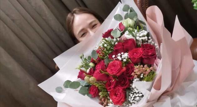 陈乔恩脱单后首个情人节 获艾伦送玫瑰笑成眯眯眼