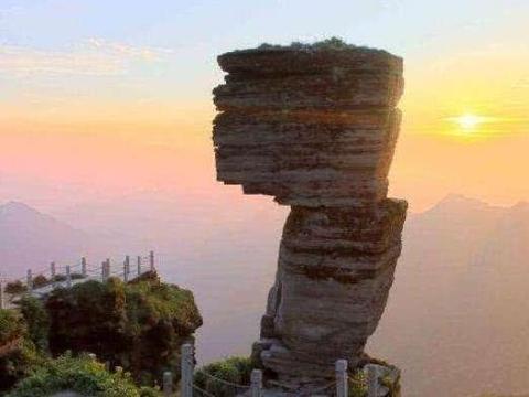 世界上违反物理学的几块岩石,网友:这是大自然的堆的积木