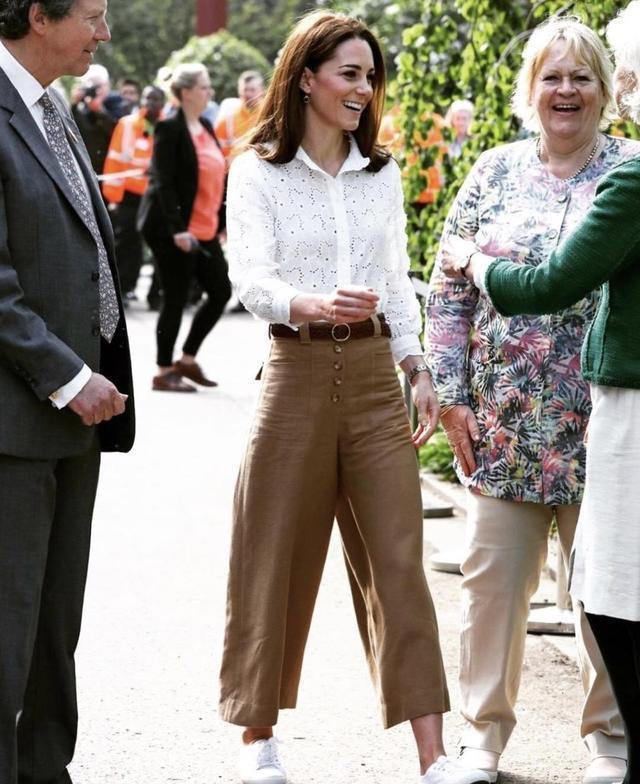 特王妃气质不是吹的,穿白色衬衫搭配阔腿裤,意外穿出高级感